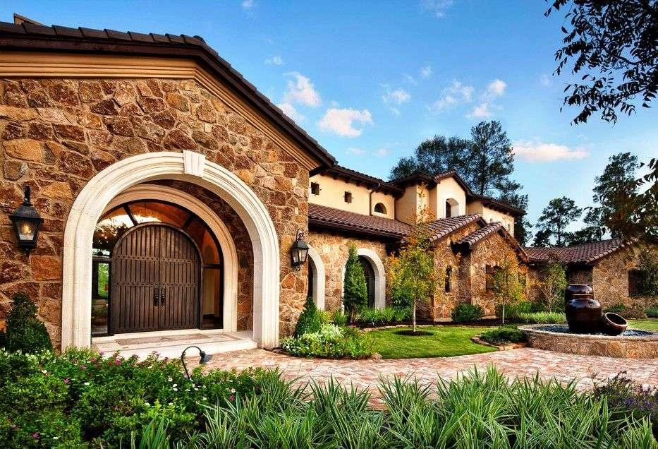 Une porte en fer forgé a fière allure à l'entrée d'une maison de style méditerranéen