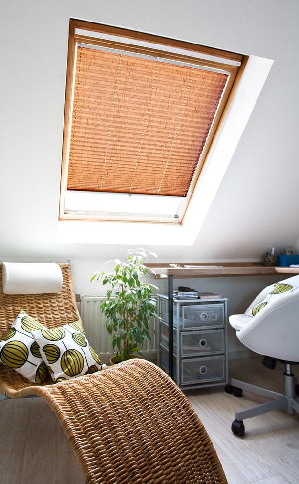 stores plissés sur la fenêtre de toit à l'intérieur