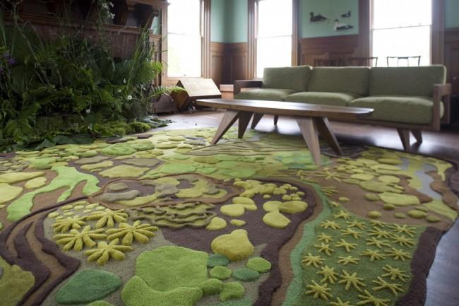 Tapis à l'intérieur du salon.  Un tapis design pour le salon qui attire l'attention avec de nombreux détails volumineux qui dessinent soigneusement le thème floral