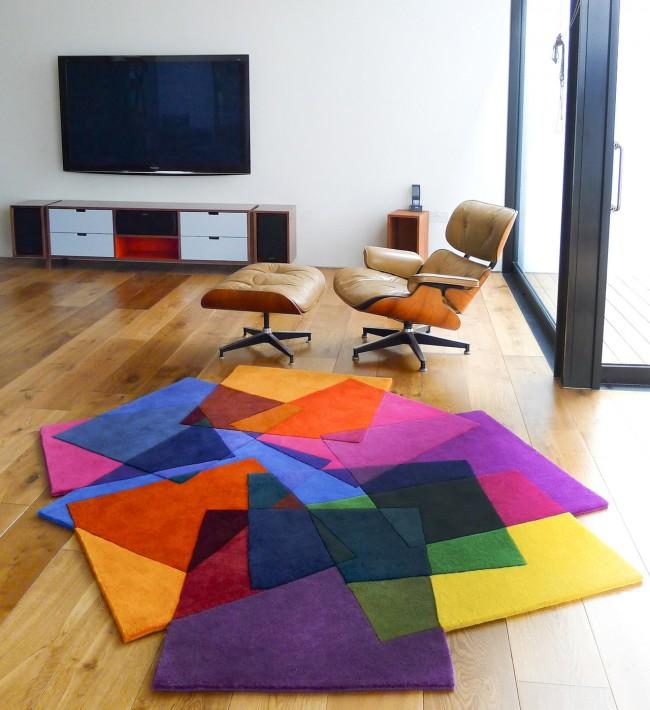 Un tapis irrégulier brillant peut être le seul accent dans le salon, décoré de motifs géométriques stricts et de couleurs discrètes.