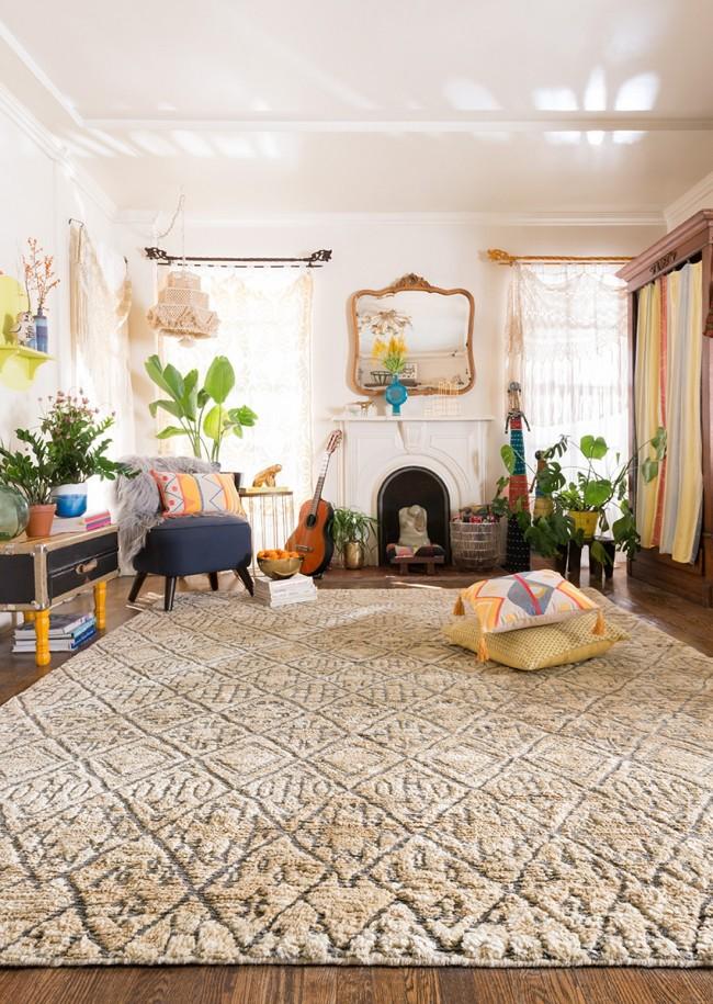 Tapis à l'intérieur du salon.  Pour la durabilité d'un tapis fait de matériaux naturels, il vaut mieux ne pas le placer dans les zones les plus achalandées.