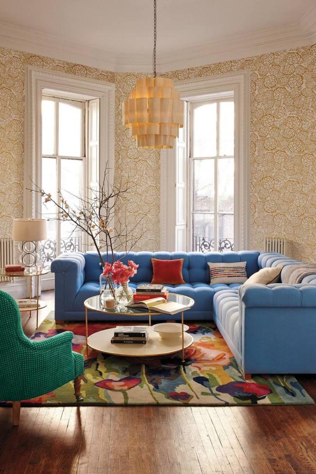Tapis à l'intérieur du salon.  La composition centrale de meubles et de tapis de différentes couleurs vives semble inhabituelle dans le salon, décoré dans des couleurs neutres.