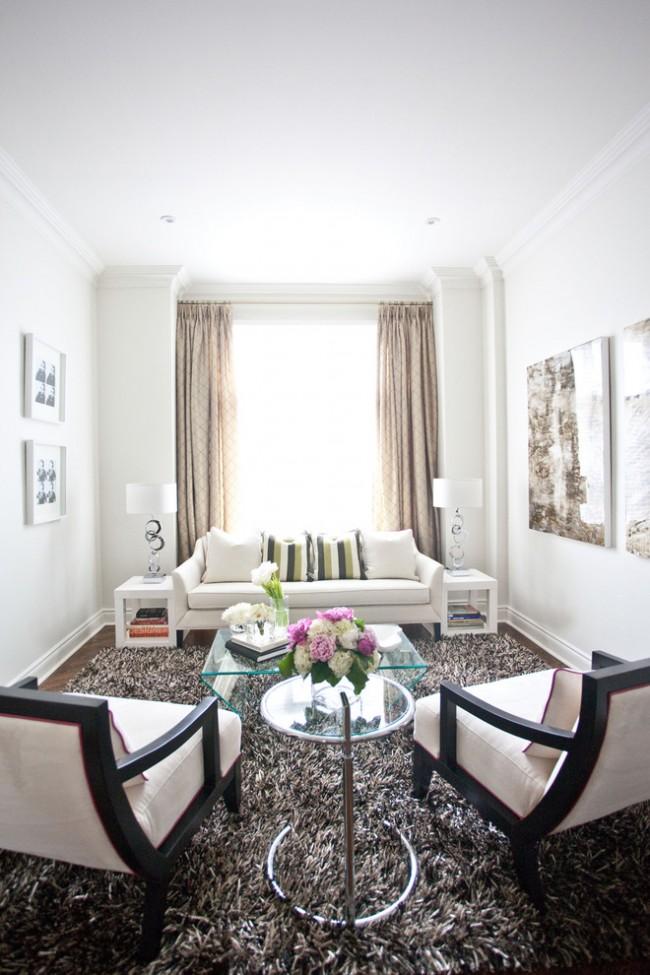 Tapis à l'intérieur du salon.  Les tapis à poils très longs sont plus agréables au toucher que les autres tapis, ils sont donc mieux placés dans les zones du salon où vous passez le plus de temps.