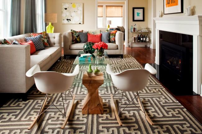 Tapis à l'intérieur du salon.  Les tapis acryliques imitent avec succès les tapis tissés naturels, qui peuvent être utilisés dans des intérieurs naturels et autres qui ne sont pas surchargés de couleurs et de détails.