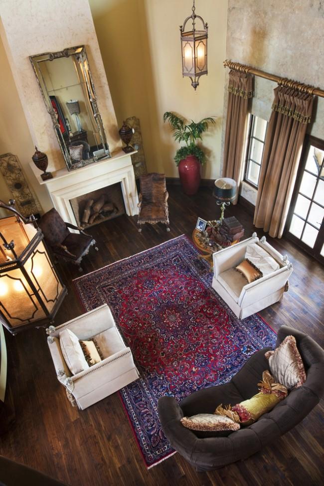 Tapis à l'intérieur du salon.  Les salons traditionnels sont mieux complétés par des tapis en laine à motifs classiques, généralement simples, mais superposés.