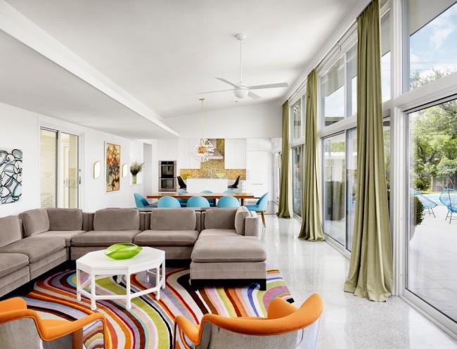 Tapis à l'intérieur du salon.  Des tapis de différentes couleurs et matériaux peuvent être utilisés pour zoner un grand salon-salle à manger