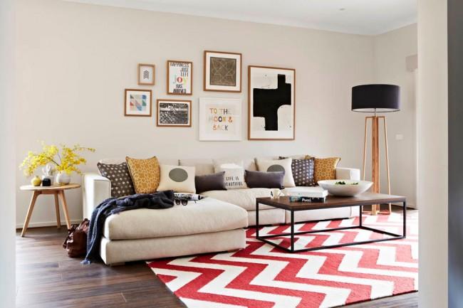 Tapis à l'intérieur du salon.  Dans une maison où les propriétaires sont de jeunes gens énergiques, un petit tapis avec un motif géométrique accrocheur (chevron, zigzag, losanges, etc.) au centre du salon aura l'air le plus organique