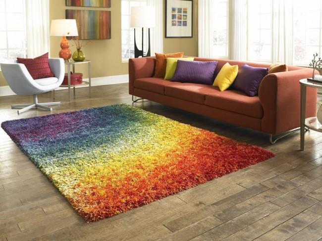 Tapis à l'intérieur du salon.  Les tapis en polypropylène à poils très longs sont parfaits pour combiner visuellement un salon avec un groupe de meubles