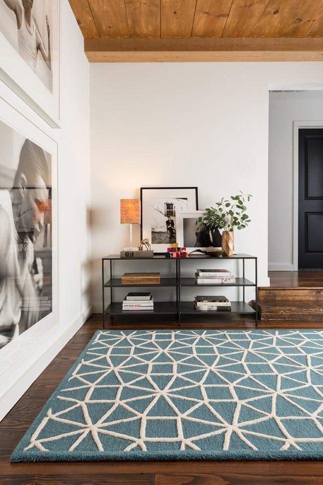 Tapis à l'intérieur du salon.  La pile de différentes longueurs et couleurs crée de beaux motifs volumétriques agréables au toucher