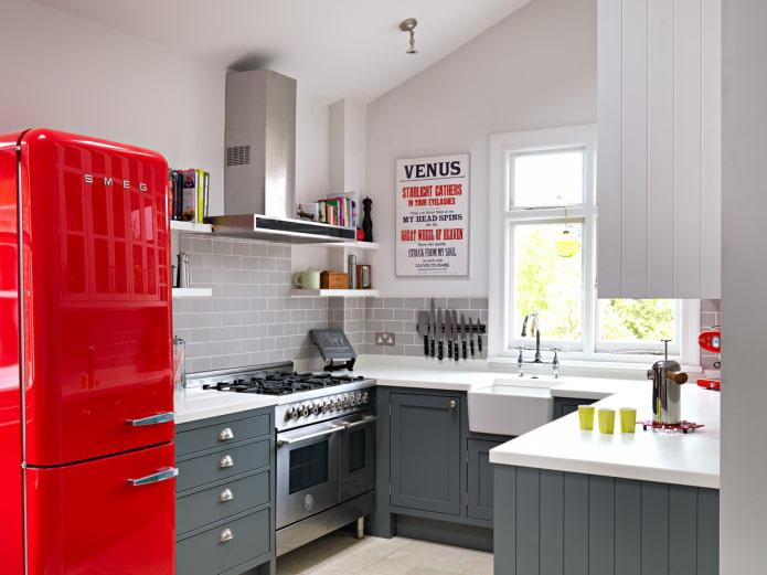 réfrigérateur rouge dans la cuisine