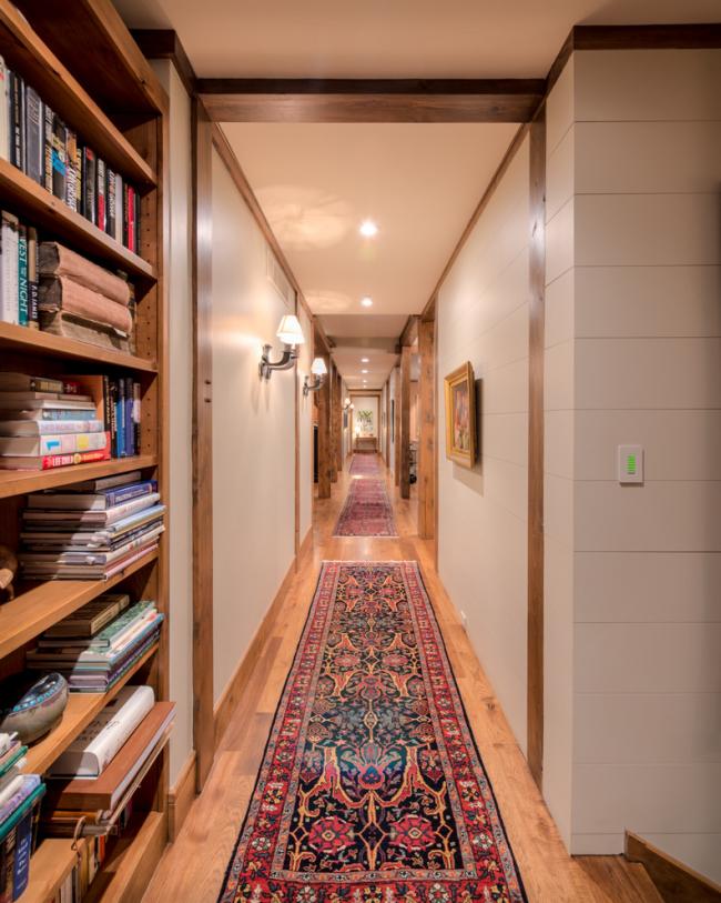 Contrairement au tapis traditionnel, la passerelle n'a pas de motif ou de tracé complet.