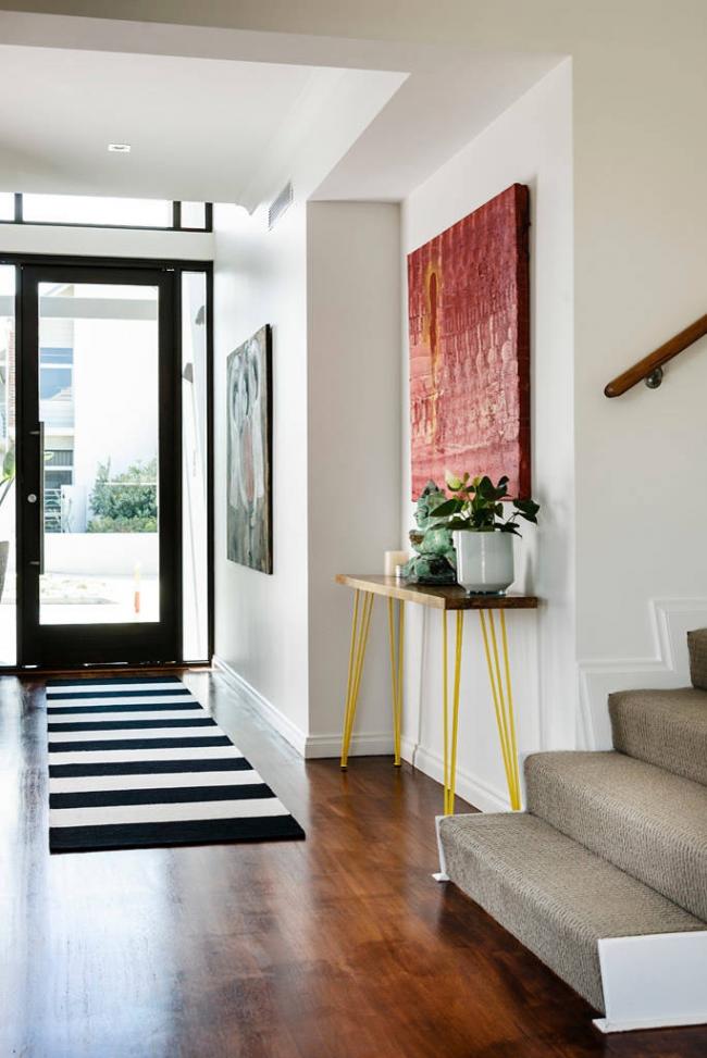 Le chemin de tapis fait office d'isolant et donne un effet décoratif à l'intérieur