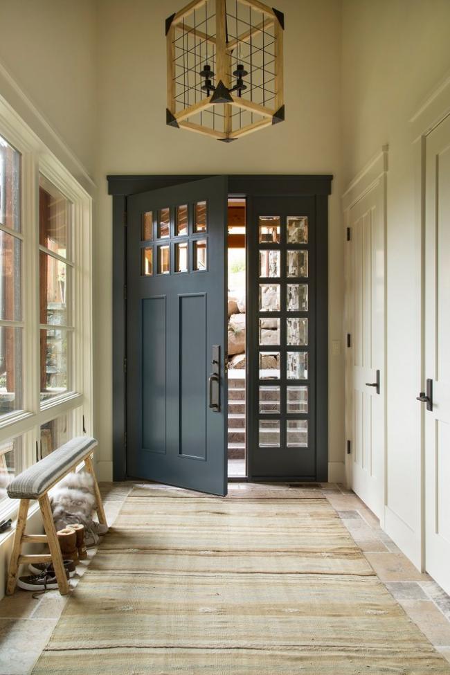 Un ornement correctement sélectionné aidera à cacher la saleté sur la passerelle dans le couloir.