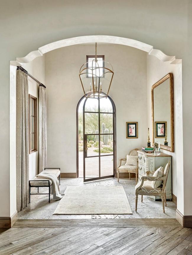 Une belle toile douce dans un intérieur classique reflète la richesse des propriétaires