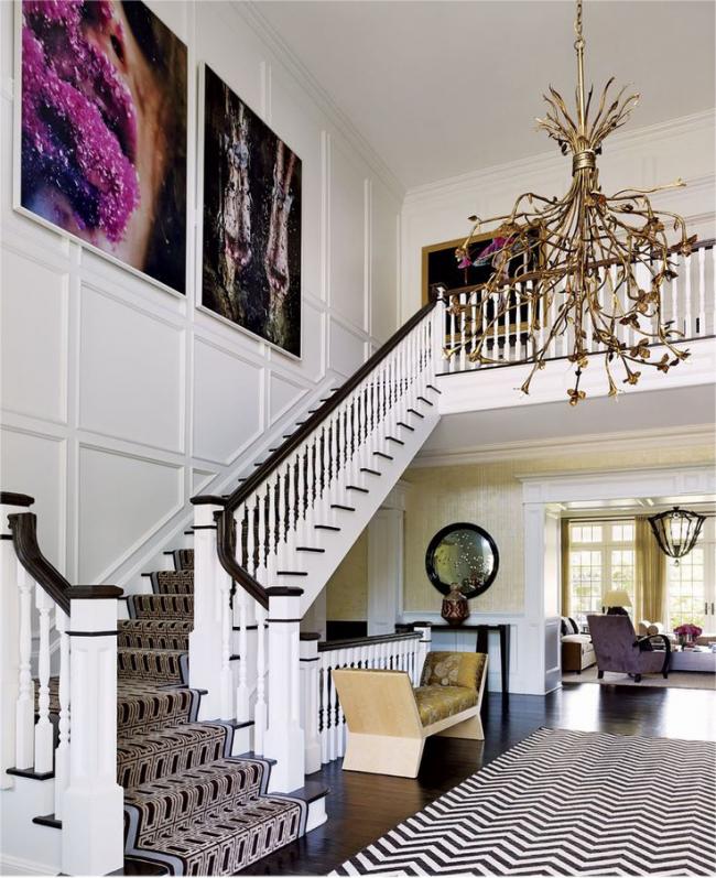 Un tapis moderne dans un intérieur traditionnel peut être un ajout intéressant à l'intérieur
