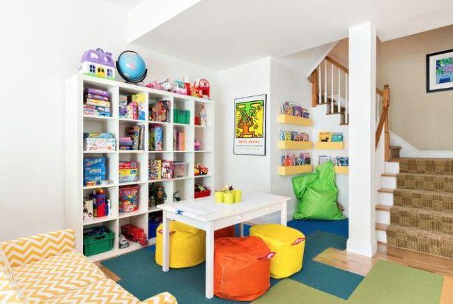 Même avec des murs blancs, les jouets lumineux créeront une ambiance arc-en-ciel dans la pièce.