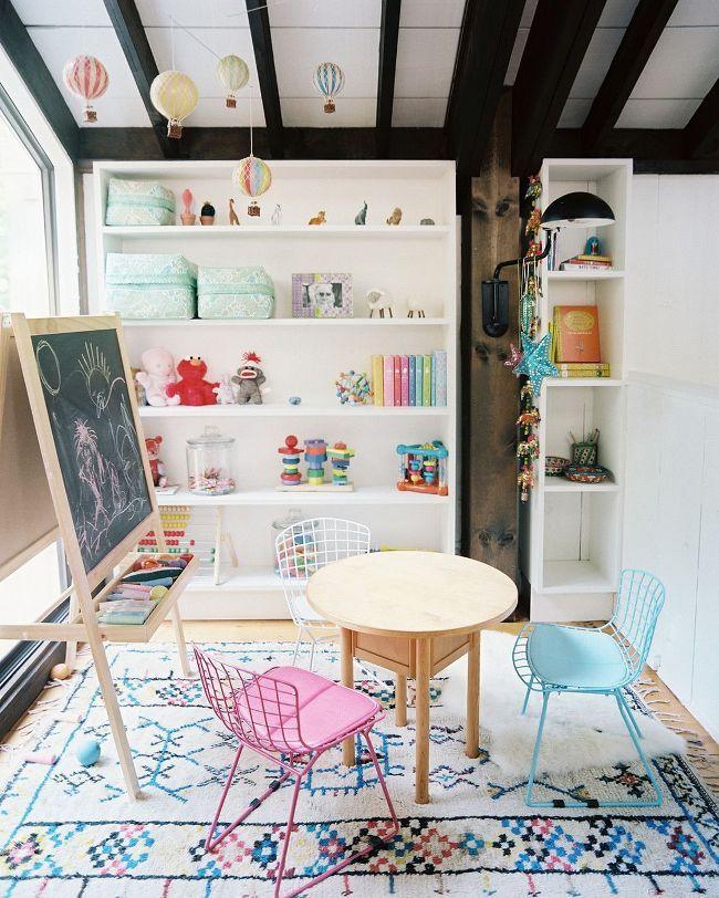 Il ne sera pas superflu de placer une table avec des chaises dans la salle de jeux - pour dessiner et sculpter