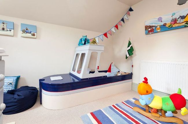 La salle de jeux pour enfants est décorée dans un style marin - belle et élégante