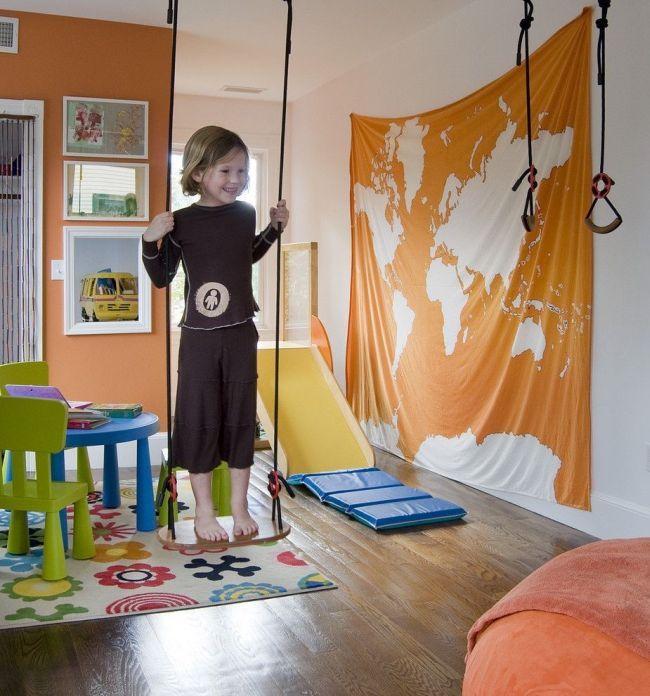 Ce sera formidable si des toboggans, des escaliers, des balançoires et d'autres attributs pour le développement physique de l'enfant sont placés dans l'aire de jeux.