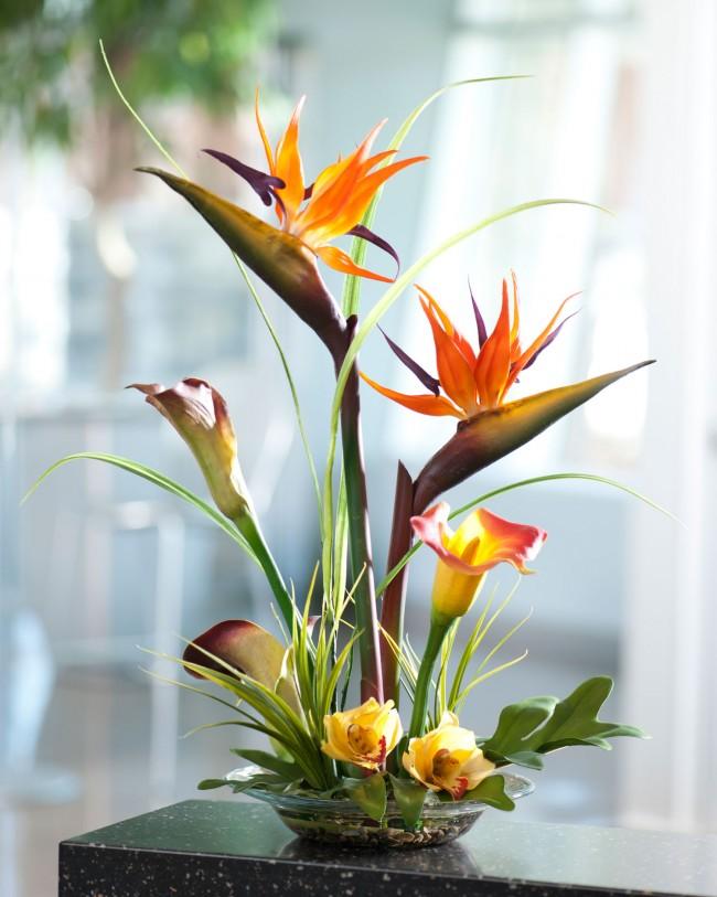 Naturellement, les fleurs artificielles ne peuvent en aucun cas remplacer complètement la faune, mais elles constituent encore aujourd'hui la meilleure alternative à la décoration.
