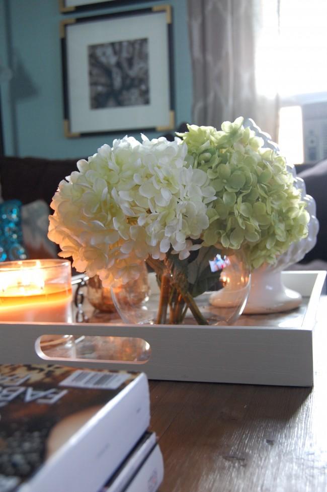 Des fleurs artificielles animent l'ambiance générale de la pièce ainsi que de vraies plantes