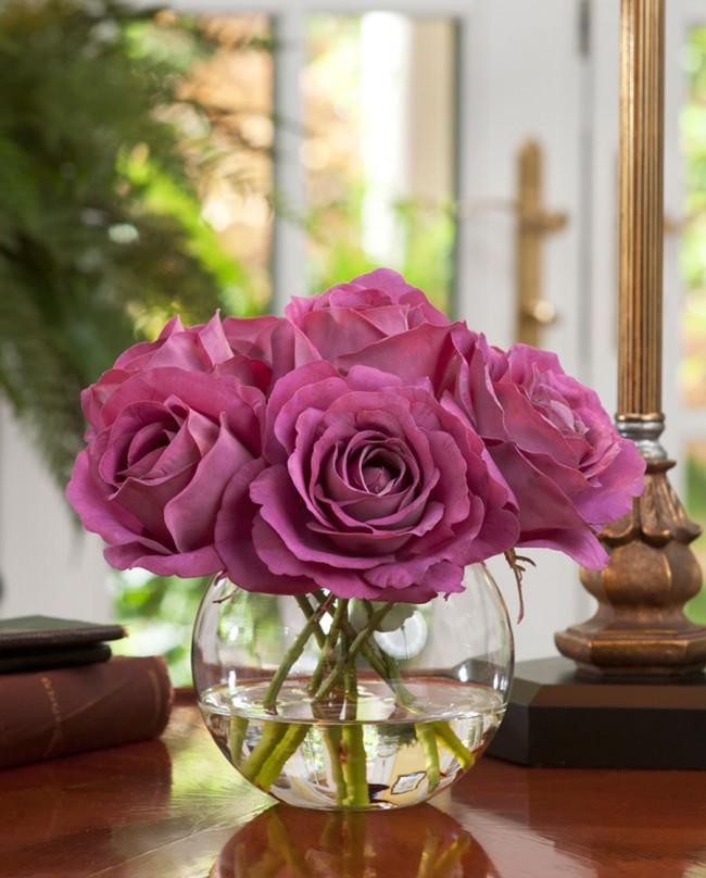 Vous pouvez verser de l'eau dans un vase avec des fleurs artificielles pour les rendre plus vivantes et naturelles