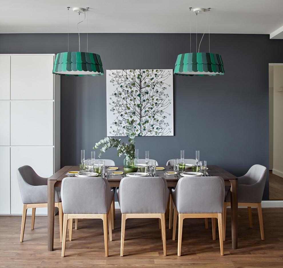 Intérieur confortable de salle à manger décoré dans des couleurs pastel
