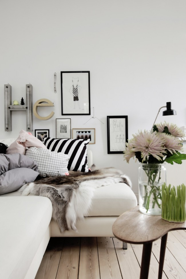 Canapé d'angle décoré d'un chiffon de peau