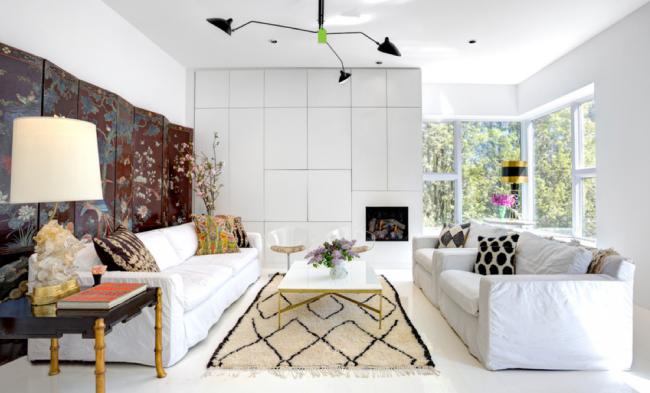 Un paravent sur toute la longueur de la pièce le long du mur fait office d'élément décoratif