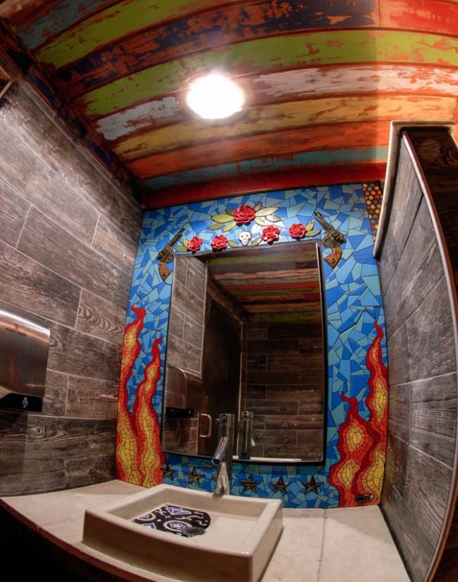Salle de bain unique décorée d'un thème de mosaïque rebelle
