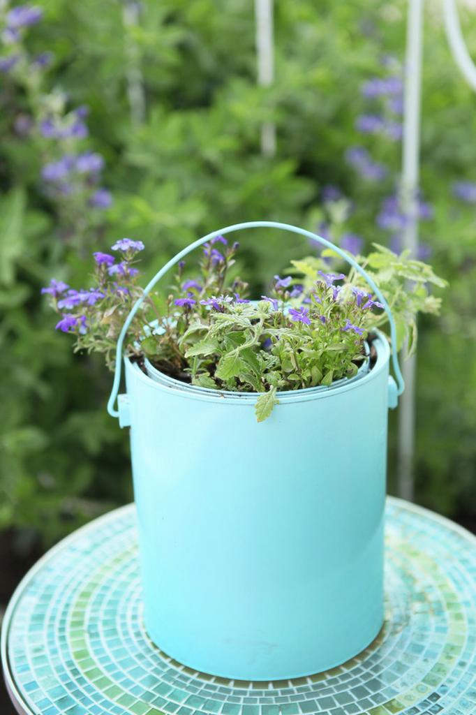 Petite table de jardin aux carreaux turquoise