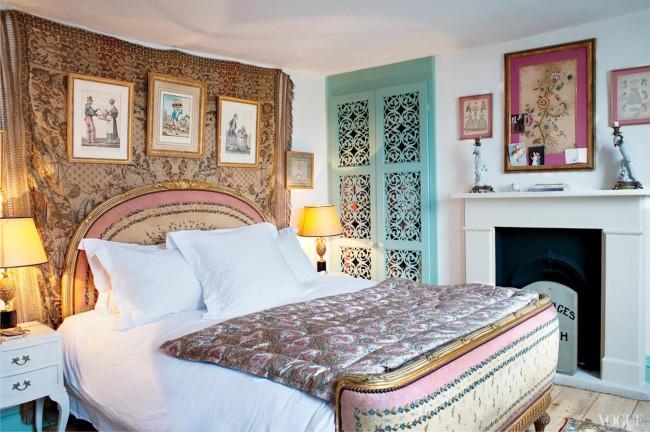 Espace de couchage confortable décoré dans un mélange de styles country et boho