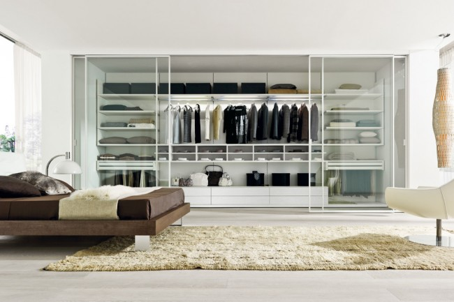 Les portes d'armoire coulissantes en plastique entièrement transparent sont une excellente solution pour une chambre à coucher moderne et élégante