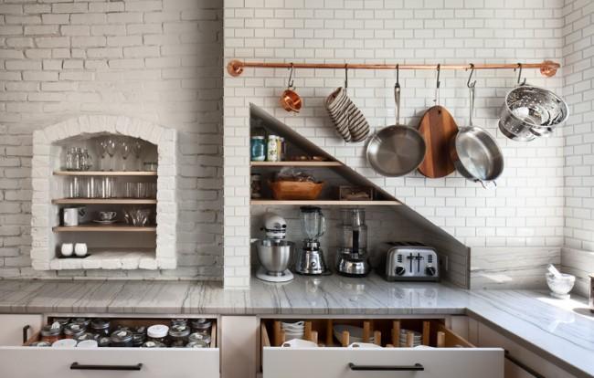 Garde-corps en bronze, comprenant une fonction décorative sur un mur de cuisine en briques blanches