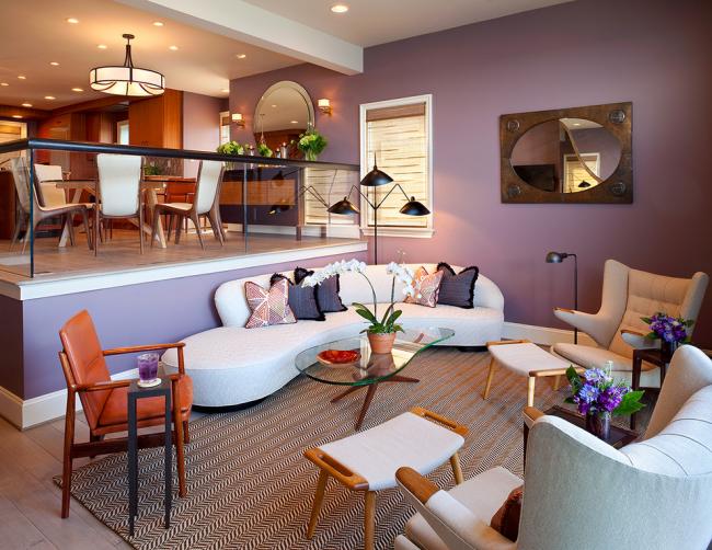 La forme arrondie du canapé convient à un design futuriste et à un salon ouvert avec un minimum de cloisons