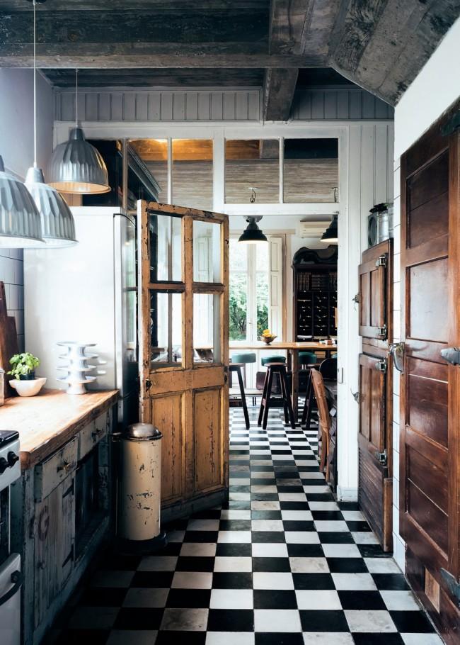 Cuisine de style vintage confortable avec des carreaux classiques en noir et blanc sur le sol