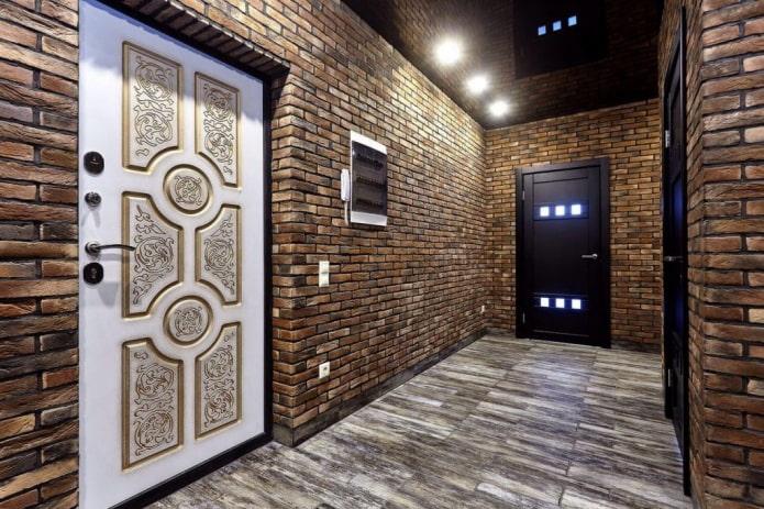 murs de briques à l'intérieur du couloir