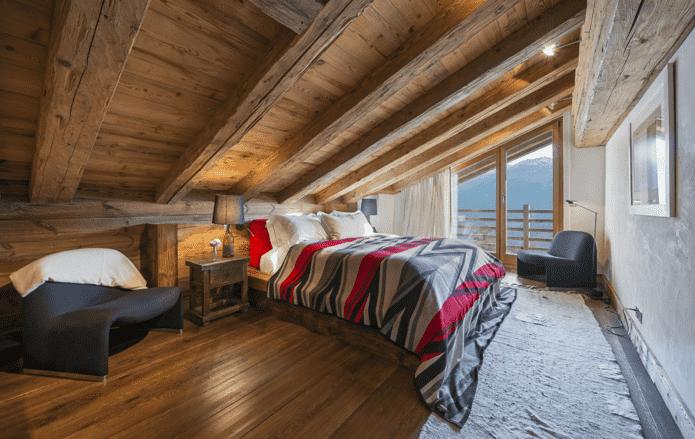 intérieur de chambre à coucher loft de style chalet