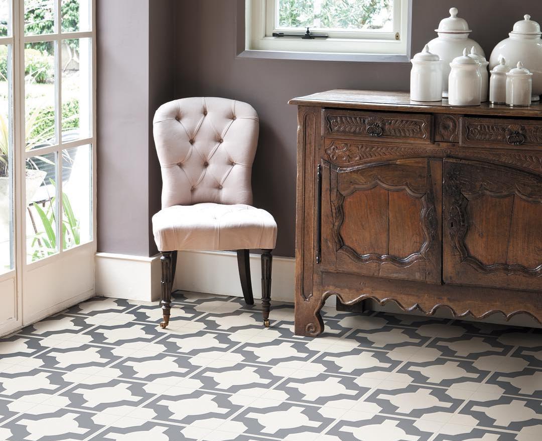 Le motif contrasté sur le linoléum soulignera le style classique de votre intérieur