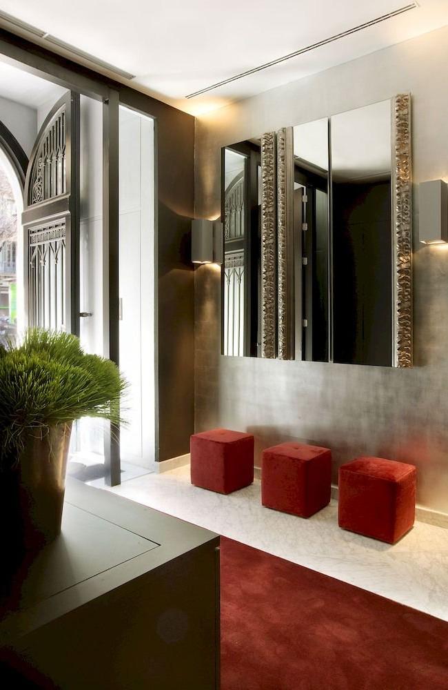 Miroir décoratif dans le couloir avec bords en relief