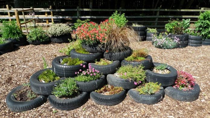 pneus noirs dans le jardin