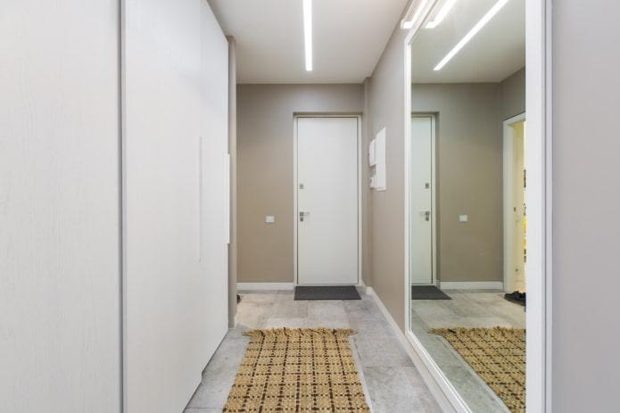 couloir avec grand miroir