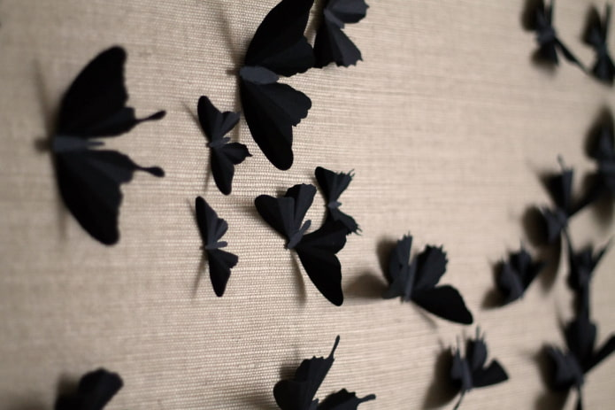 papillons noirs sur le mur