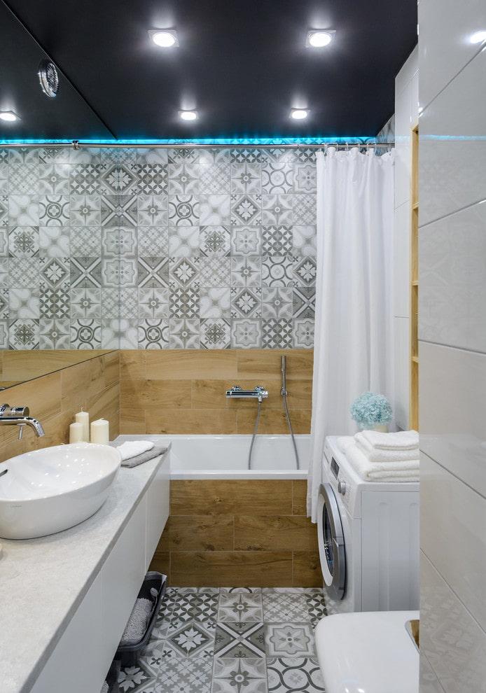Salle de bain avec carrelage patchwork et imitation bois