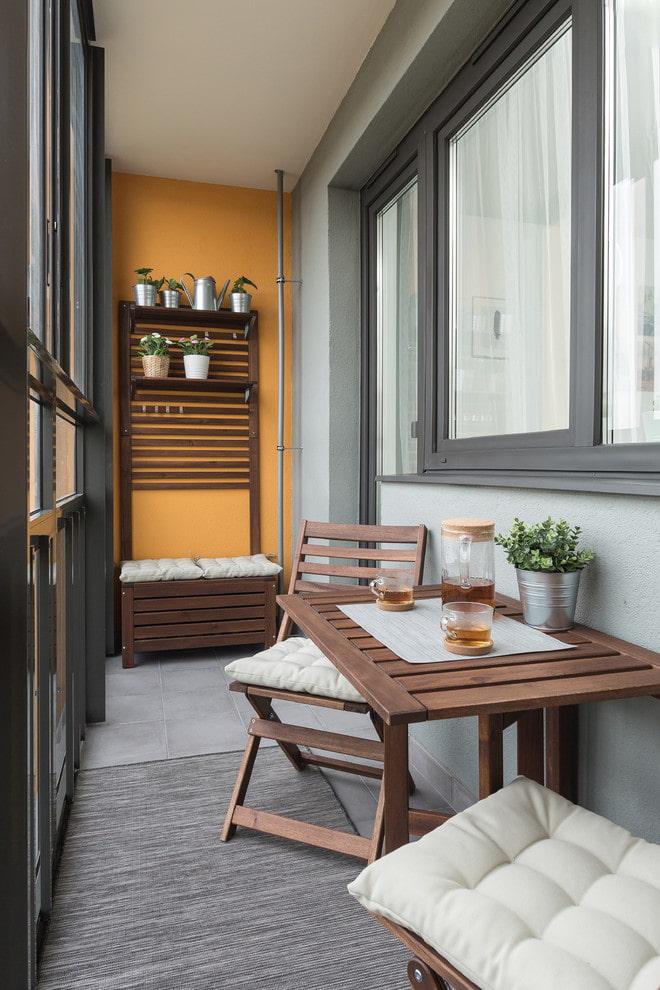 Chaises pliantes sur le balcon