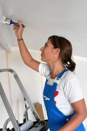 Comment peindre le plafond avec de la peinture à l'eau après badigeonnage ?