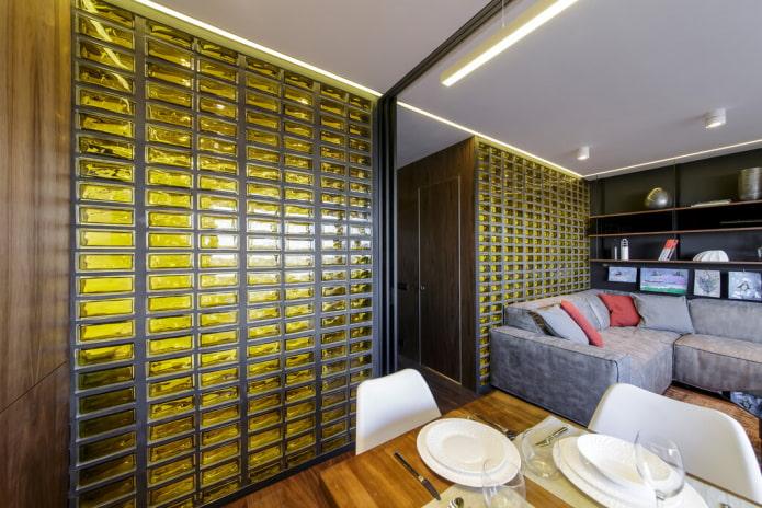 murs de briques de verre dans le salon
