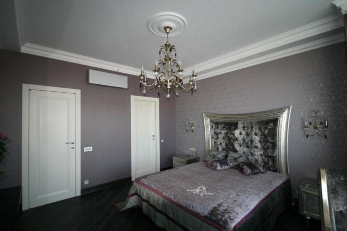 la décoration murale dans la chambre est faite dans une seule couleur