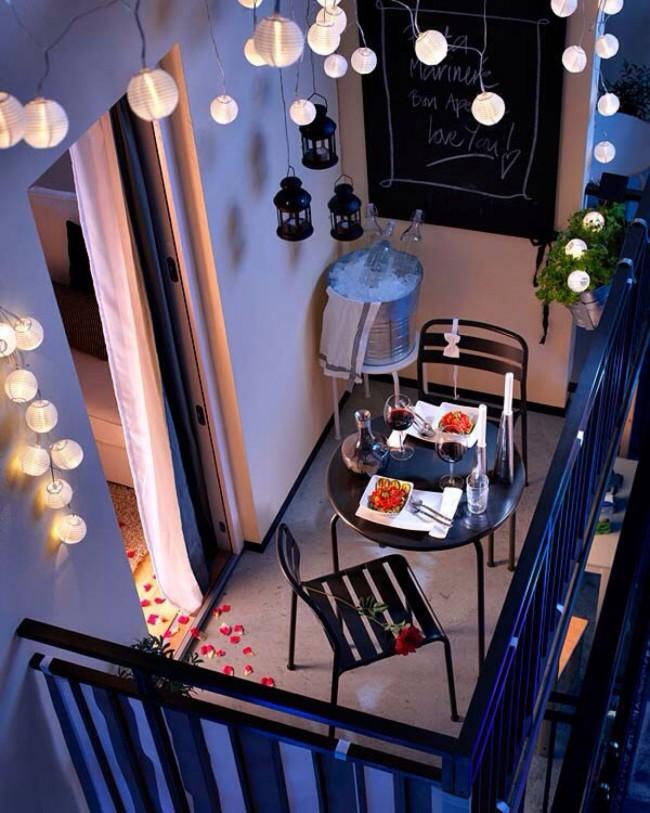 Sur un petit balcon, vous pouvez facilement créer une atmosphère de romantisme parisien