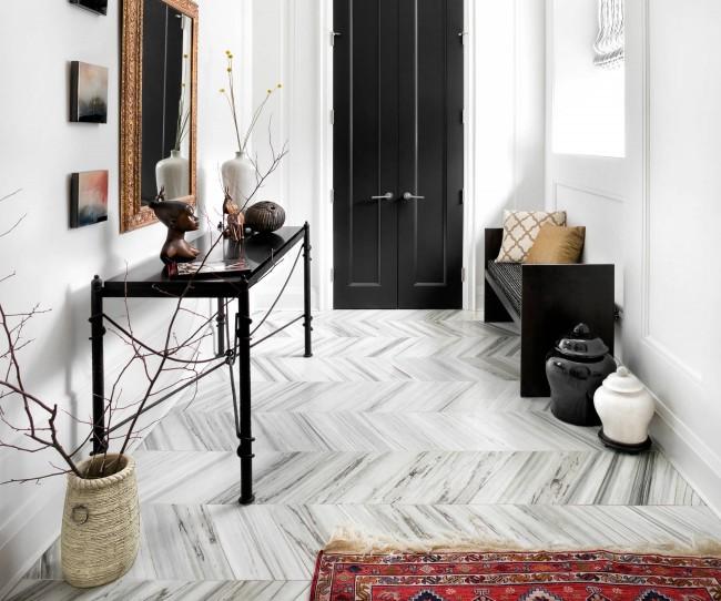 Chic contemporain : sol en marbre, murs blancs et porte noire classique